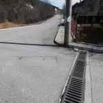 отводнителна решетка в долната част на улицата