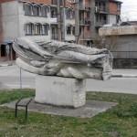 Паркът. Една от приемливите статуи. Доста сбъркан строеж отзад.