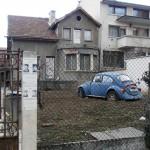 Старият автомобил в ролята на градинско джудже. Или великан :D