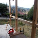 Работа по покрива на навеса: рязане на допълнителни дъски за ондулина.