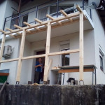 На другата сутрин - конструкция без покрив и идея какъв ще е. Поликарбонатът отпада.