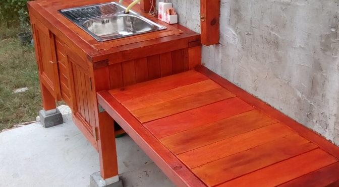 Външна мивка с дървен шкаф